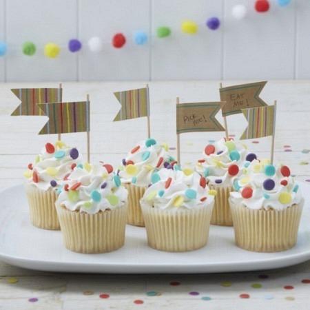 Cake Topper in Flaggenform aus Papier